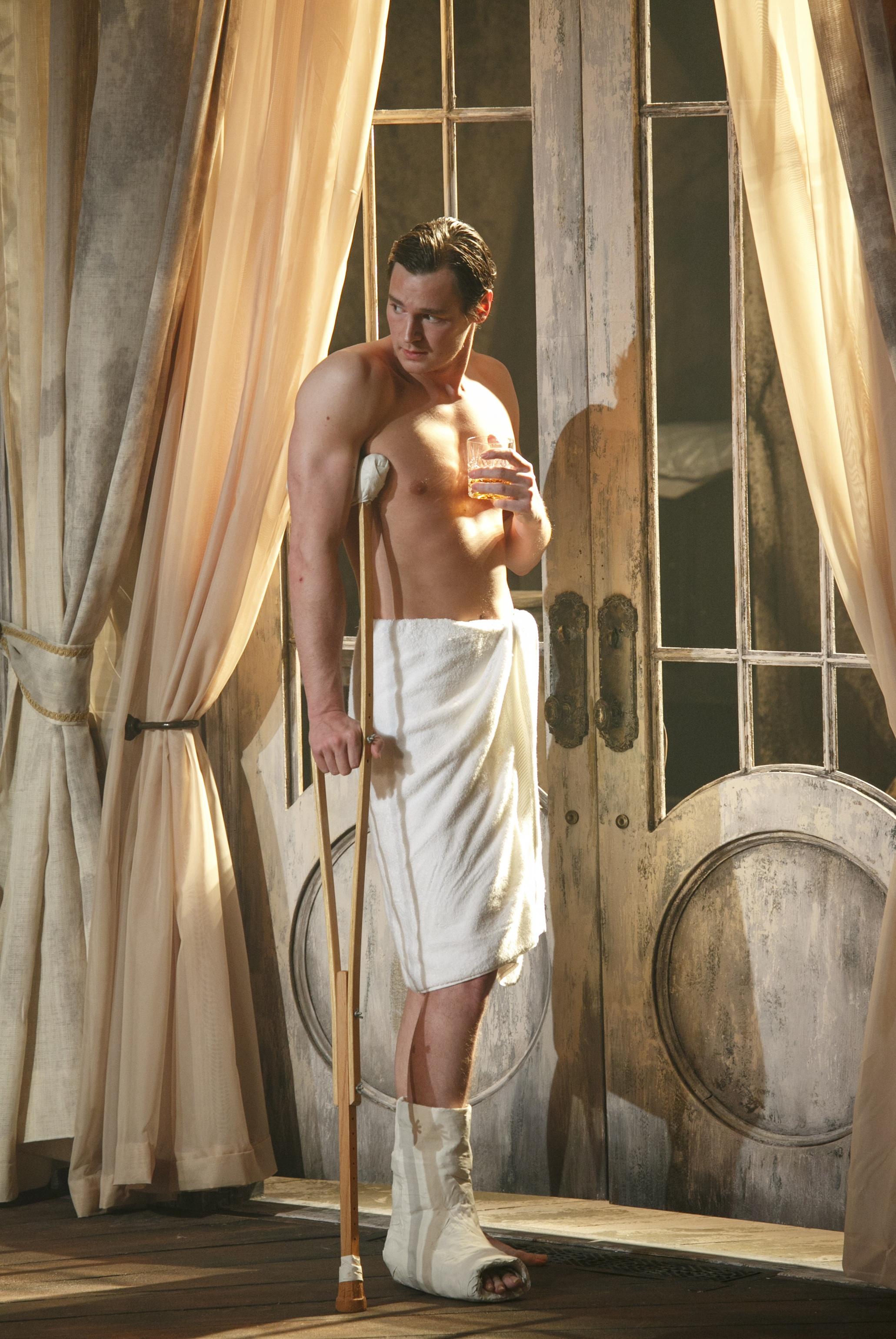 Benjamin Walker Heats Up Broadway In U0027Cat On A Hot Tin Roofu0027