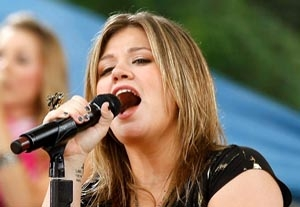 Kelly Clarkson Struggles with Body Image -- in Print