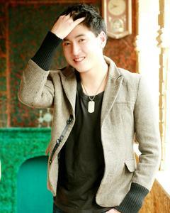 Joshua Chang - Hand in Hair